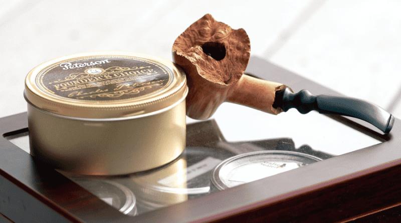 fajkovy tabak a fajka na fajcenie tabaku polozene na humidore