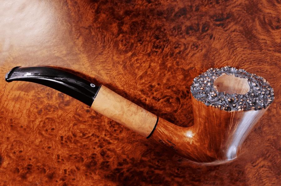 fajka na tabak vyrobena z briaroveho dreva na drevenej podlozke