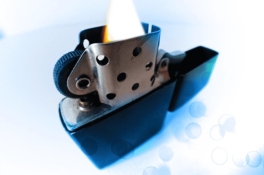 zapálený zippo zapaľovač