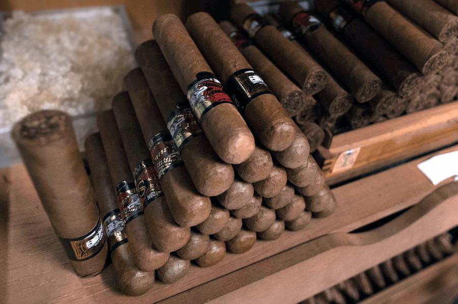 cigary postavene ako pyramida vo velkom humidore