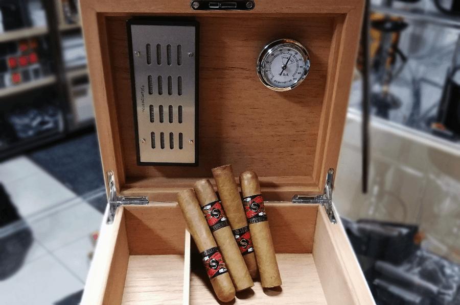 humidor so zvlhcovacom a hygrometrom a cigarami