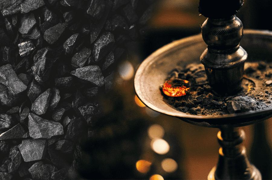 prírodné uhlie a vodná fajka so zapáleným uhlíkom a popolom v tanieriku