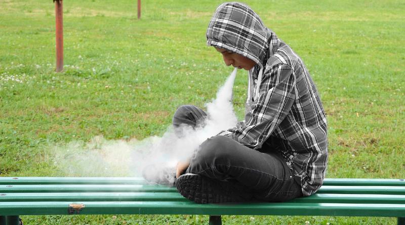 chlapec fajci vape