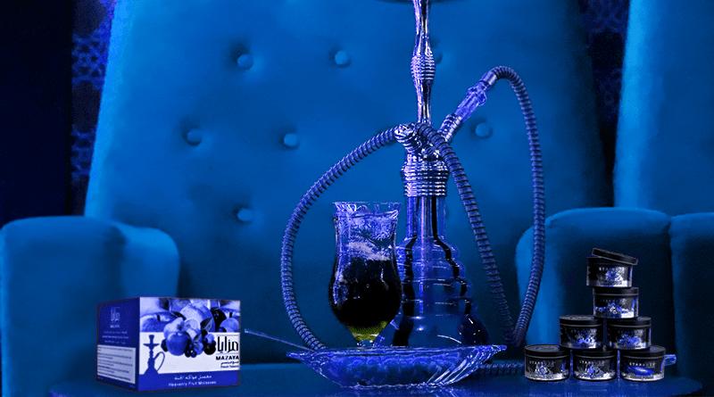 Vodná fajka, nápoj s ľadom, shisha tabak, kamienky do vodnej fajky v modrom svetle.
