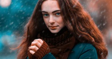 mladá žena nosí rafatku v zime a snehu