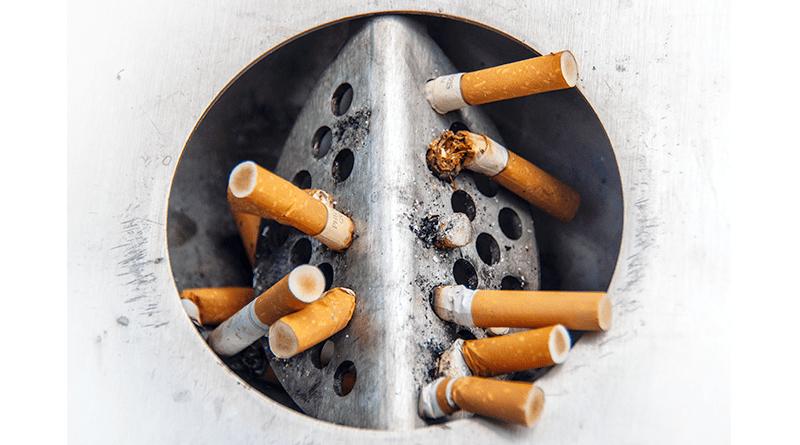 popolník plný cigaretových ohorkov a špakov