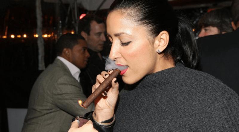 žena fajčiara cigaru Cohiba