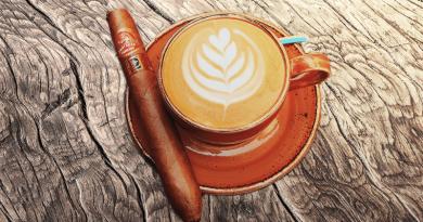 na drevenom stole je káva a cigara partagas