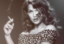 žena fajčiaca cigaretu klasická kráska