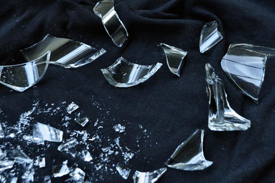 Rozbité sklo - črepy
