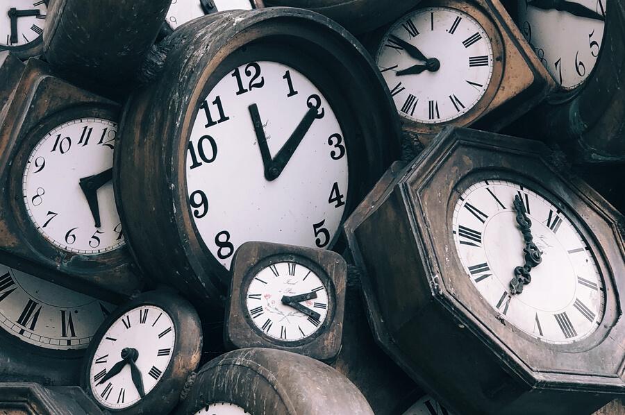 Ilustračný obrázok - čas: starodávne hodiny poskladané na kopu