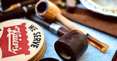 Fajky na tabak položené na stole