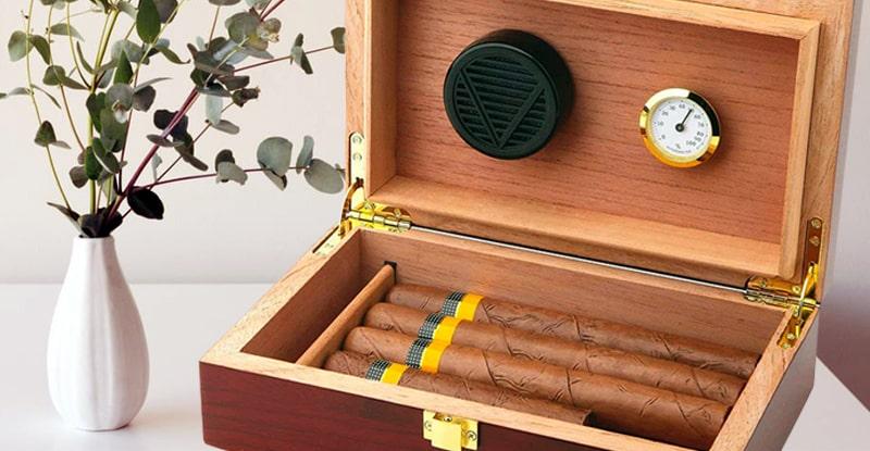 Humidor na cigary so vstavaným zvlhčovačom a hygrometrom, obsahujúci cigary