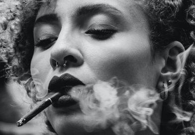 Žena fajčí luxusnú cigaretu